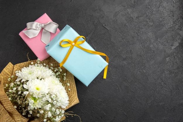 Bovenaanzicht bloemboeket geschenken op donkere achtergrond vrije ruimte