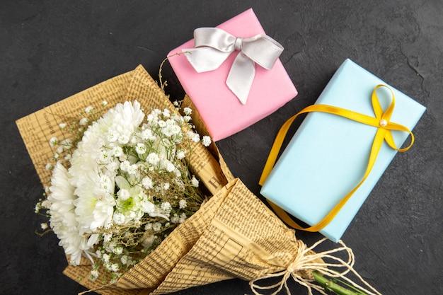 Bovenaanzicht bloemboeket geschenken op donkere achtergrond