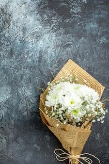 Bovenaanzicht bloemboeket op donkere achtergrond kopie plaats