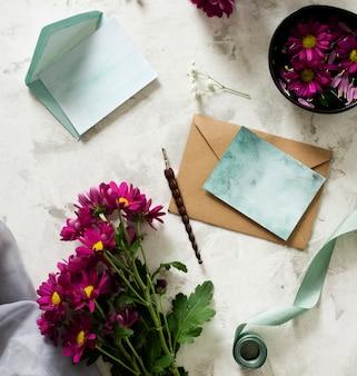 Bovenaanzicht bloemen boeket met kaart