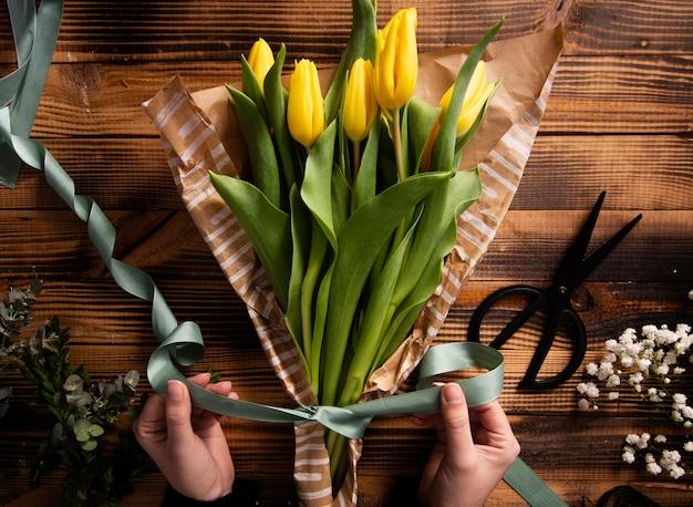 Bovenaanzicht bloemen boeket proces maken
