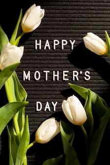 Bovenaanzicht bloemen en bericht voor moederdag