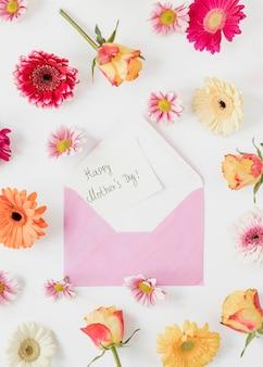 Bovenaanzicht bloemen en envelop arrangement