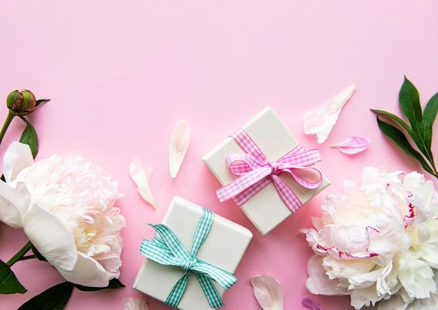 Bovenaanzicht bloemen en geschenkdozen met kopie ruimte