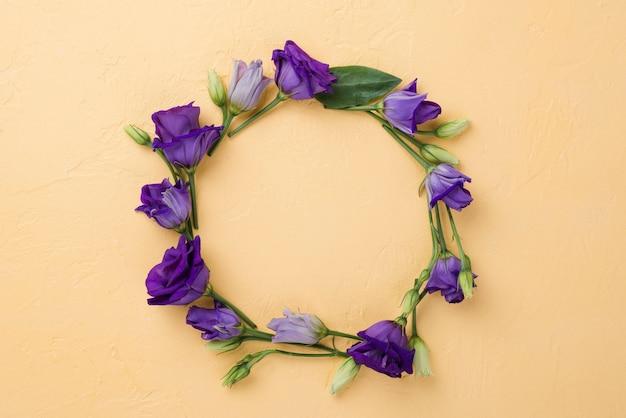 Bovenaanzicht bloemen krans