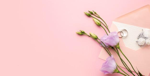 Bovenaanzicht bloemen luxe bruiloft briefpapier