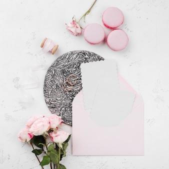 Bovenaanzicht bloemen met bruiloft uitnodigingskaart