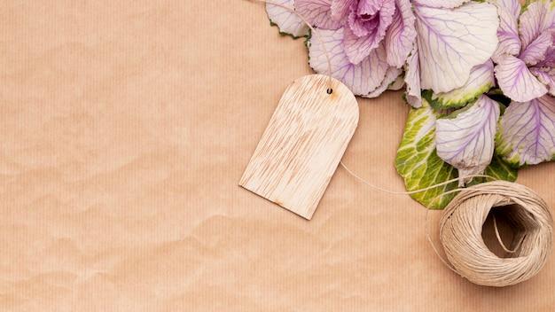 Bovenaanzicht bloemen op inpakpapier