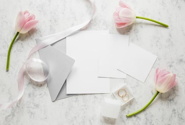 Bovenaanzicht bloemen voor bruiloft
