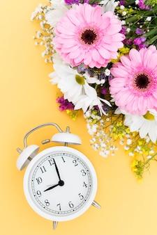 Bovenaanzicht bloemstuk met klok