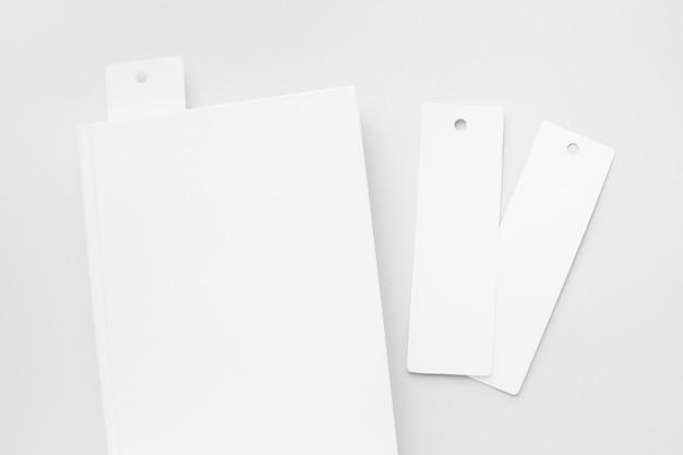 Bovenaanzicht boek met bladwijzers op bureau