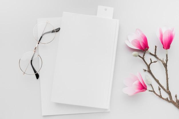 Bovenaanzicht boek met bloemen naast