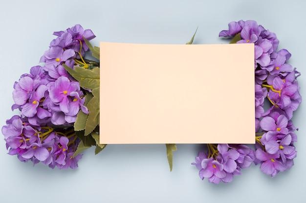 Bovenaanzicht boeket bloemen met wenskaart