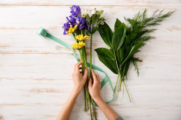 Bovenaanzicht boeket bloemen op houten tafel