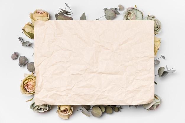 Bovenaanzicht boeket papier en rozen met kopie-ruimte