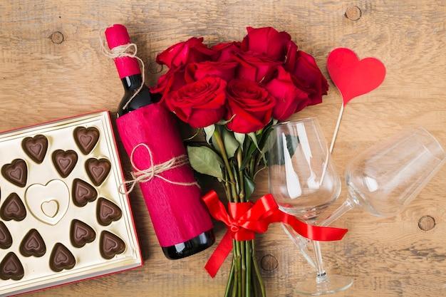 Bovenaanzicht boeket rozen en smakelijke wijn
