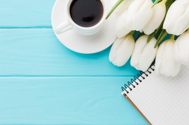 Bovenaanzicht boeket van tulpenbloemen en koffie