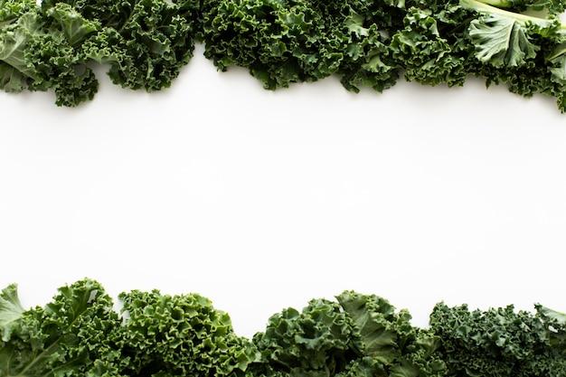 Bovenaanzicht boerenkoolsalade met kopie-ruimte