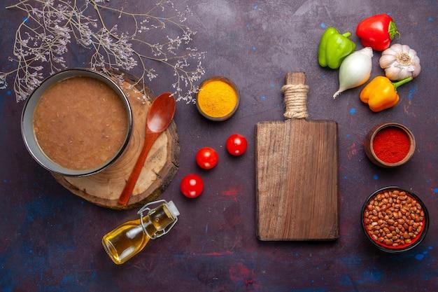 Bovenaanzicht bonensoep heerlijke gekookte soep met groenten op het donkere oppervlak soepboon kleur pittige maaltijd