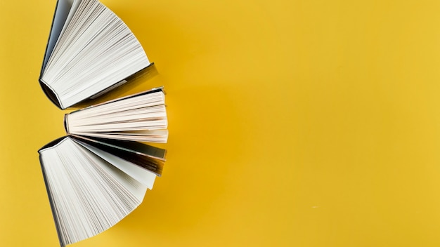 Bovenaanzicht boog gemaakt van open boeken