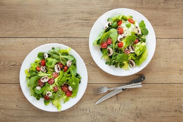 Bovenaanzicht borden met salade
