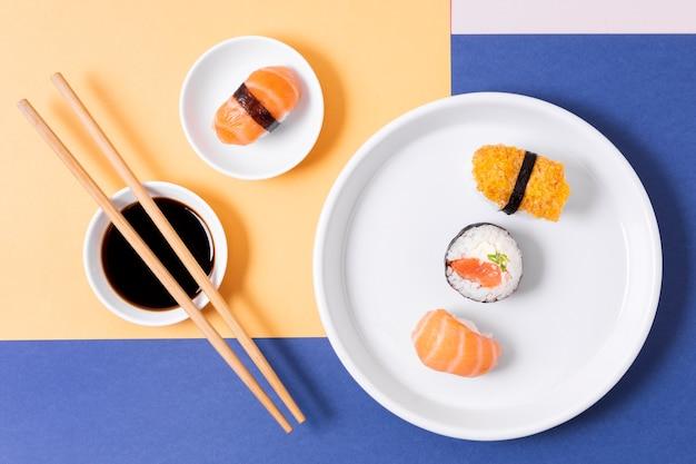 Bovenaanzicht borden met sushi