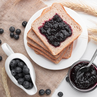 Bovenaanzicht bosbessen jam op brood