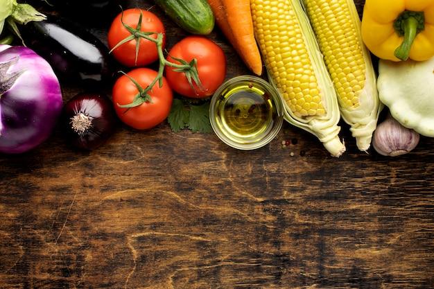 Bovenaanzicht bosje verse groenten samenstelling met kopie ruimte