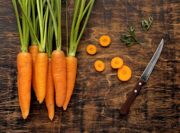 Bovenaanzicht bosje verse wortelen assortiment
