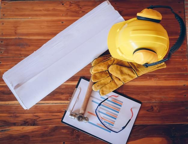 Bovenaanzicht bouw tool, blauwdrukken en bouw tools op houten tafel