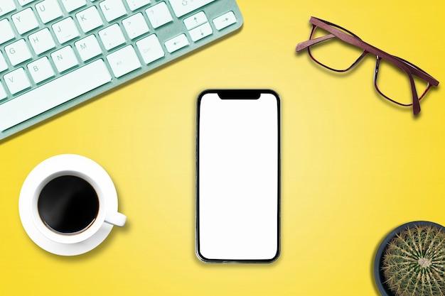 Bovenaanzicht boven het notitieboekje van de telefooncomputer op de witte houten vloer in kantoorstijl.