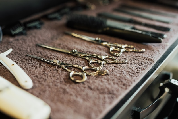 Bovenaanzicht bovenaanzicht van verschillende professionele kapper tools op bruine achtergrond