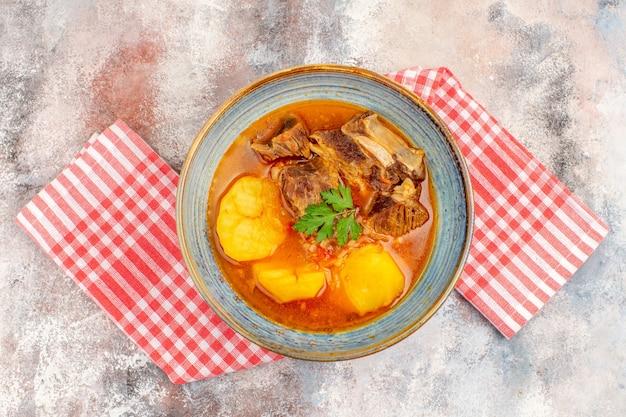 Bovenaanzicht bozbash soep keukenhanddoek op naakte achtergrond