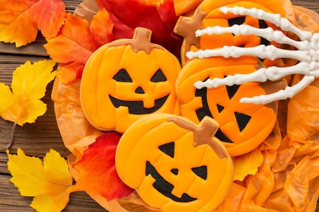 Bovenaanzicht boze halloween pompoenen met skelet hand