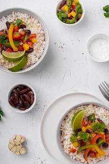 Bovenaanzicht braziliaans eten met rijst