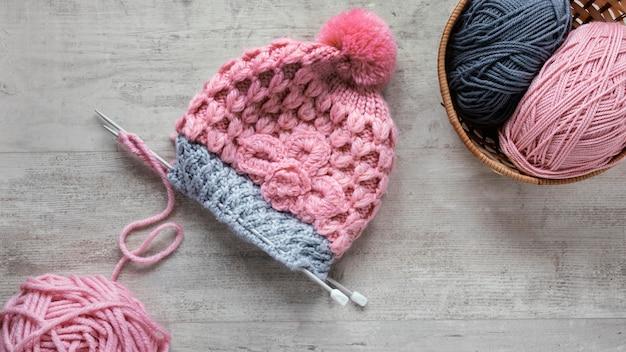 Bovenaanzicht breinaalden en wol voor cap Premium Foto