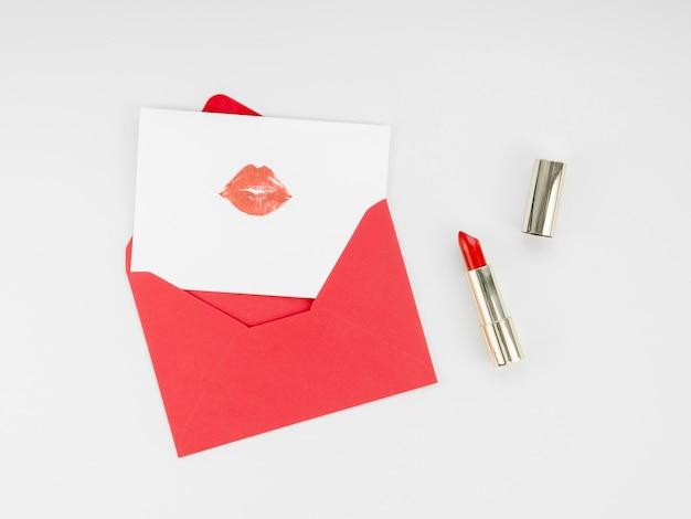 Bovenaanzicht brief met lippenstift mark