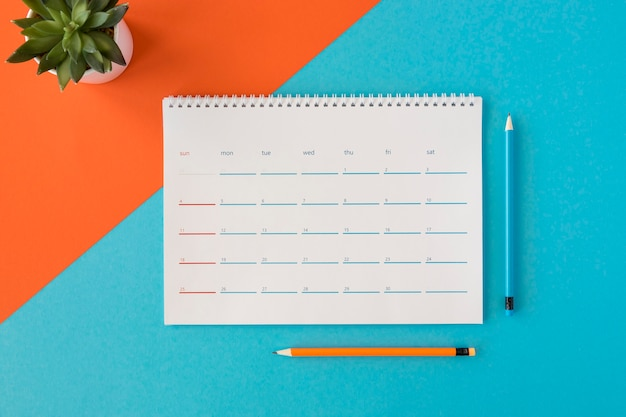 Bovenaanzicht briefpapier kalender en potloden