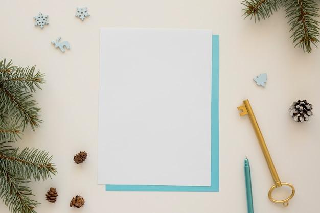Bovenaanzicht briefpapier lege papieren en gouden sleutel