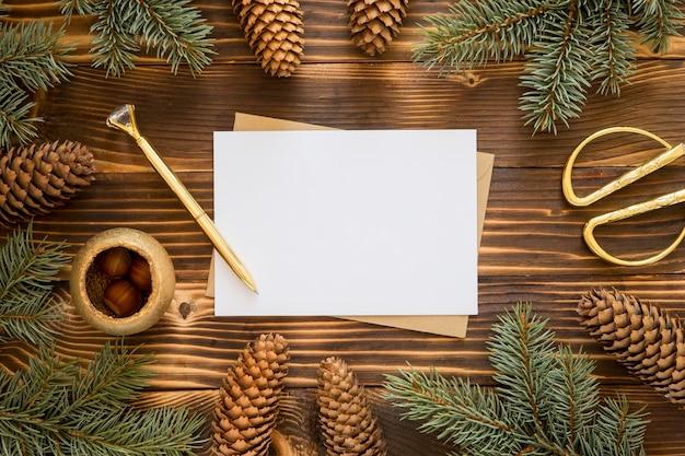 Bovenaanzicht briefpapier lege papieren en grenen