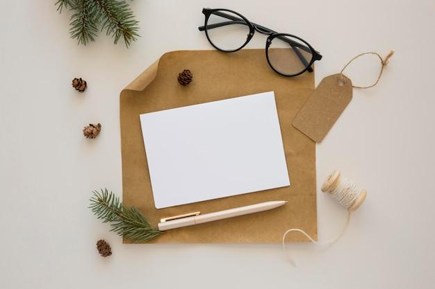 Bovenaanzicht briefpapier lege papieren en inpakpapier