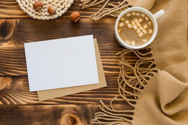 Bovenaanzicht briefpapier lege papieren en warme drank