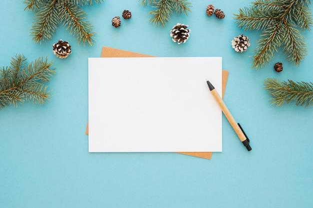 Bovenaanzicht briefpapier lege papieren met coniferen kegels