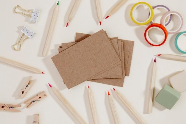 Bovenaanzicht briefpapier objecten op de tafel