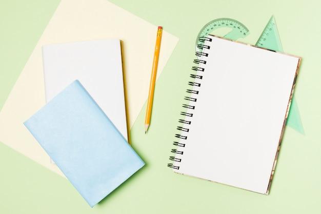 Bovenaanzicht briefpapier schoolbenodigdheden
