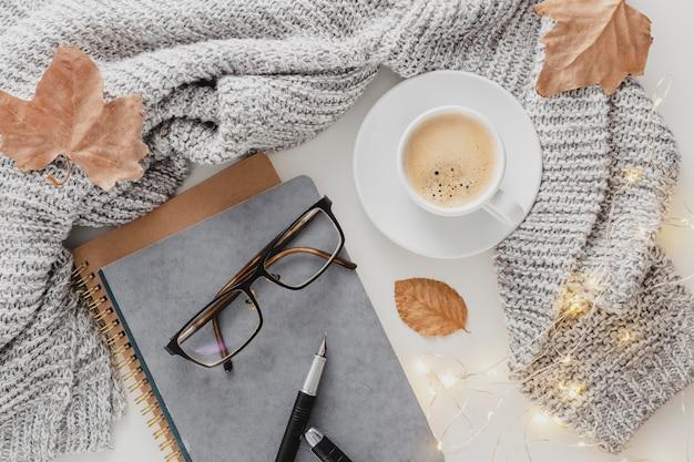 Bovenaanzicht bril en agenda met koffiekopje