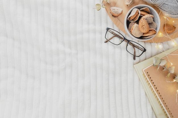 Bovenaanzicht bril en agenda op deken