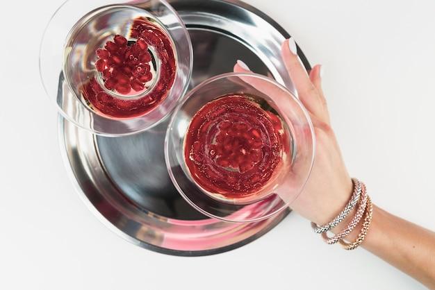 Bovenaanzicht bril gevuld met granaatappel zaden