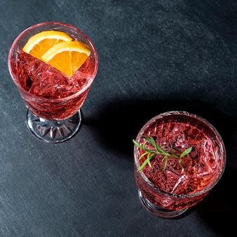 Bovenaanzicht bril met fruitige drank