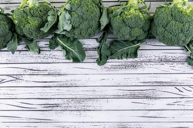 Bovenaanzicht broccoli met kopie ruimte op witte houten tafel